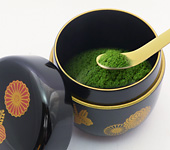 Natsume, lacquerware tea caddy for matcha. Chrysanthemums and paulownia.